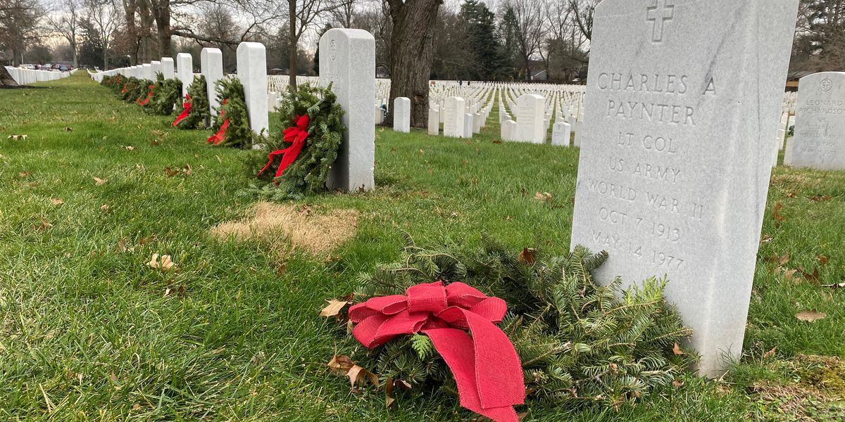 Hundreds volunteer to lay wreaths in honor fallen heroes