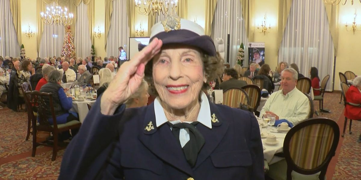 Former WWll Naval officer salutes fellow women vets