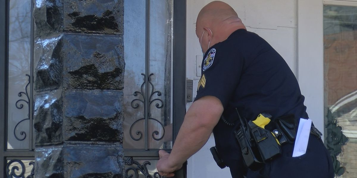 Louisville police officers deliver meals on wheels