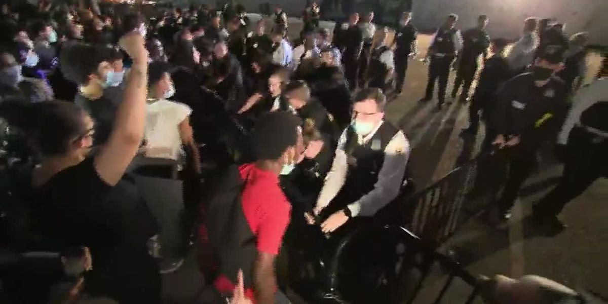 Protesters condemning Floyd death confront Secret Service at White House gates