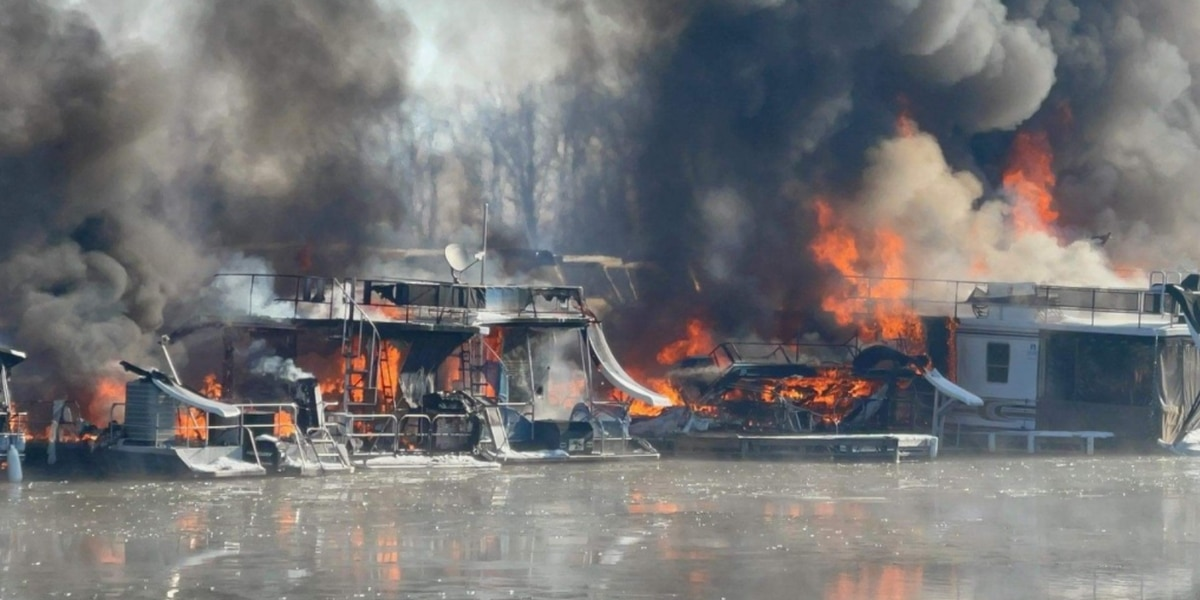 Fire destroys several houseboats at Hoosier Hills Marina in Dubois Co.