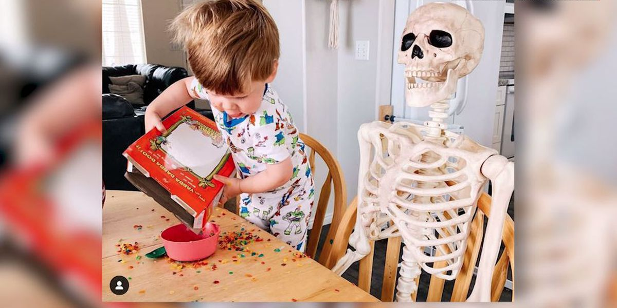 'Two peas in a pod': Toddler befriends 5-foot Halloween skeleton