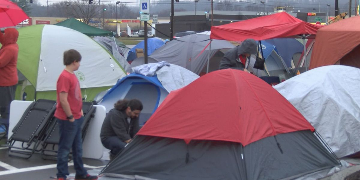 Hundreds camp in rain for free chicken