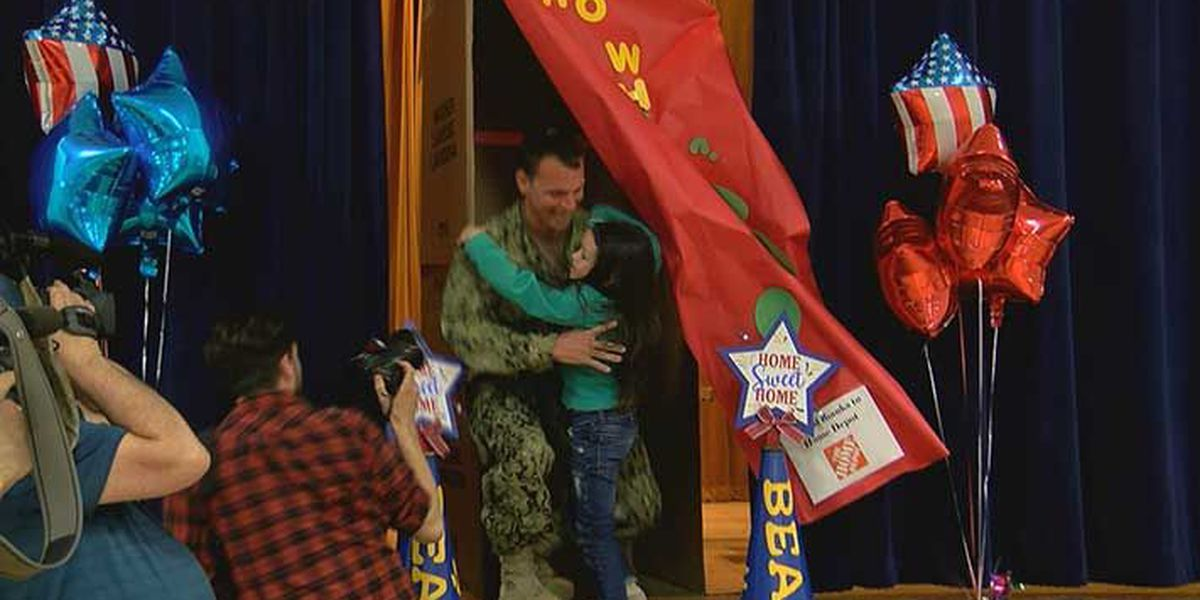 Military dad surprises Jeffersonville kindergartener