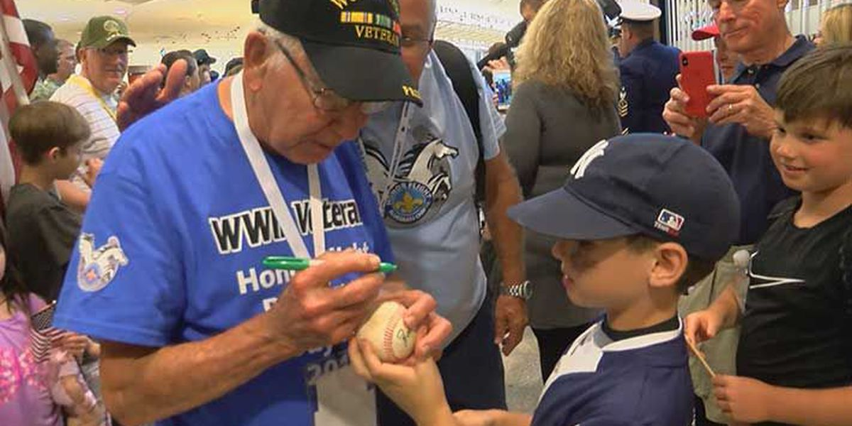 WWII veterans return home to heroes' welcome