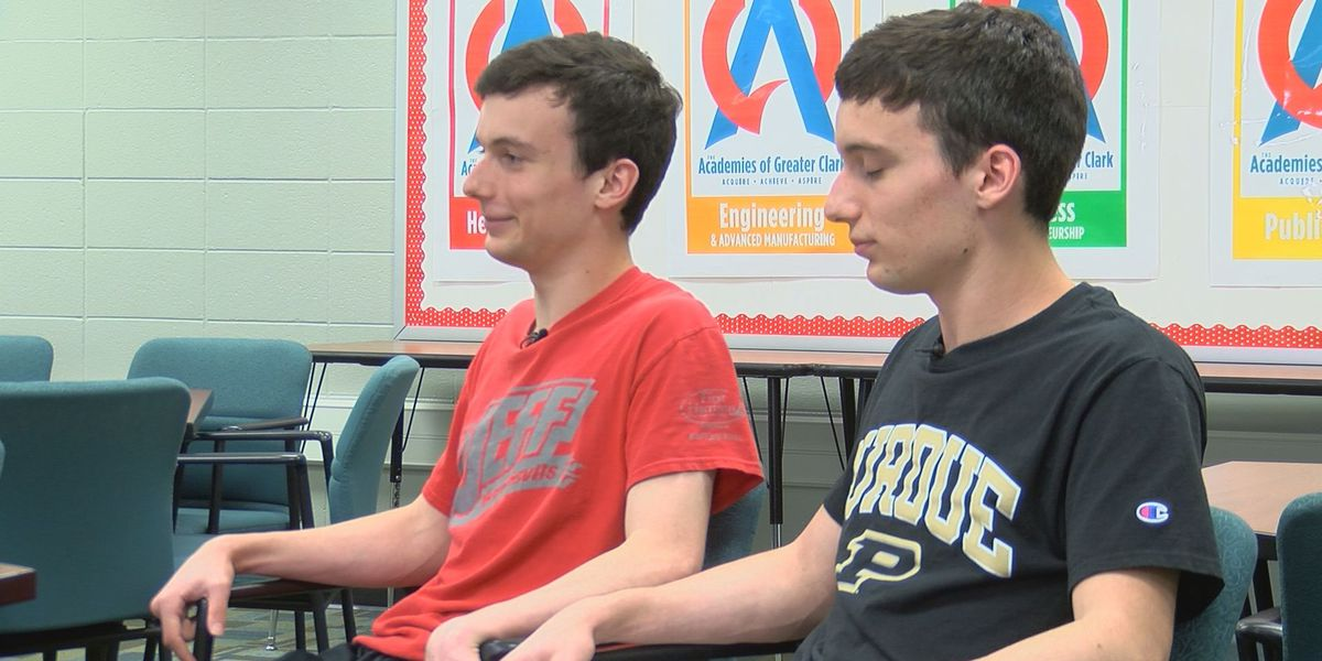 Identical twins with identical GPAs serve as co-valedictorians