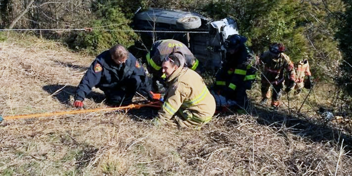 2 rescued after minivan crashes at bottom of embankment in Floyd County