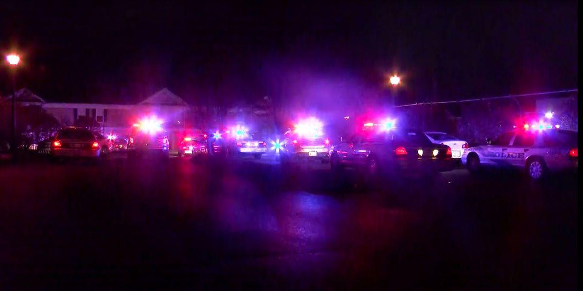 Man shot outside apartment complex near Poplar Level Road