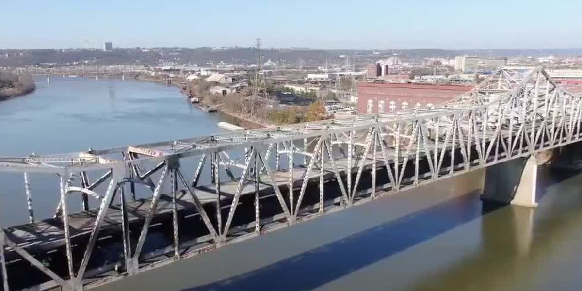 Officials close Ohio River to water traffic