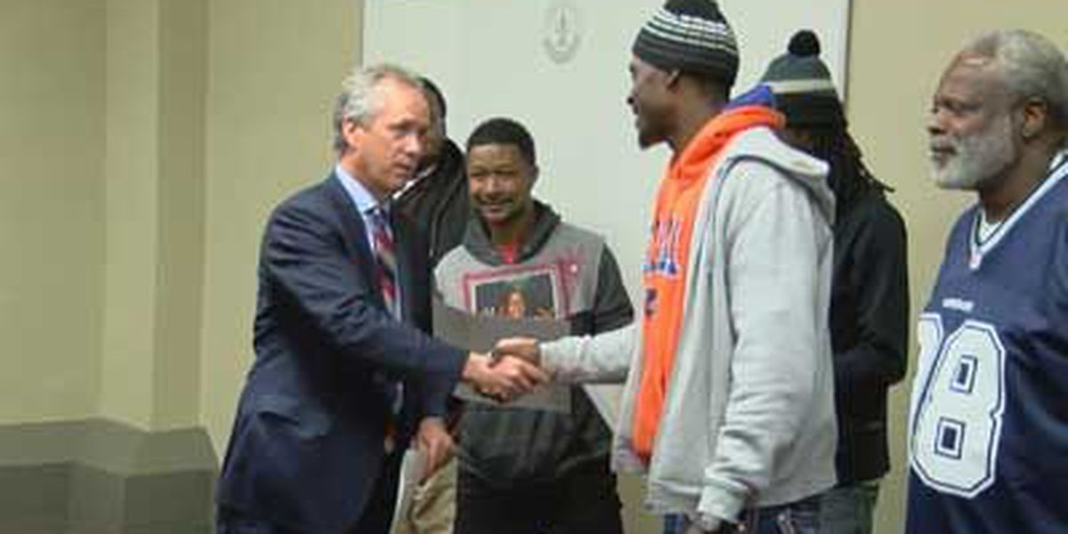Louisville mayor honors Dirt Bowl winners